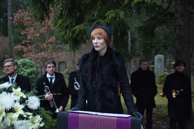 Cate Blanchett in una scena di Manifesto