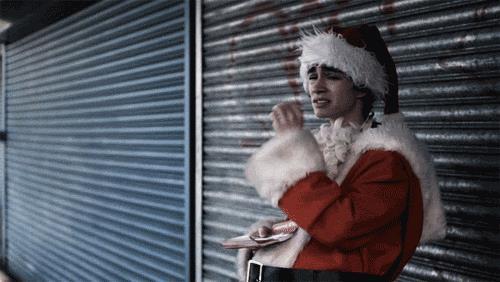 Nathan vestito da Babbo Natale che fuma