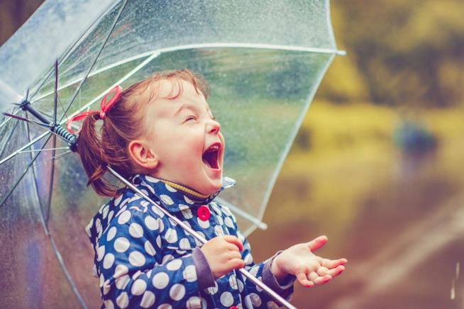 Bambina ride sotto la pioggia