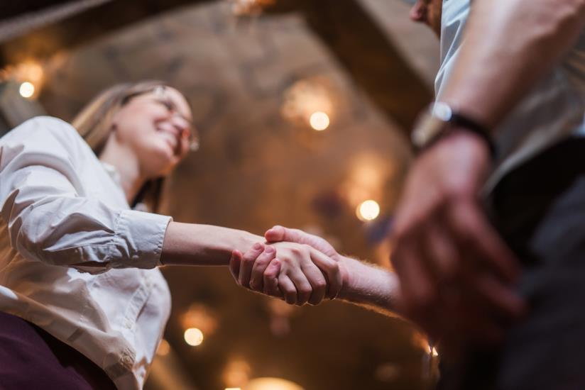 Due persone che si danno la mano.