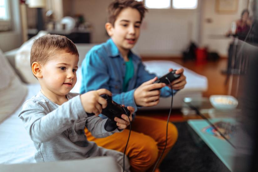 Bambini che giocano con la consolle