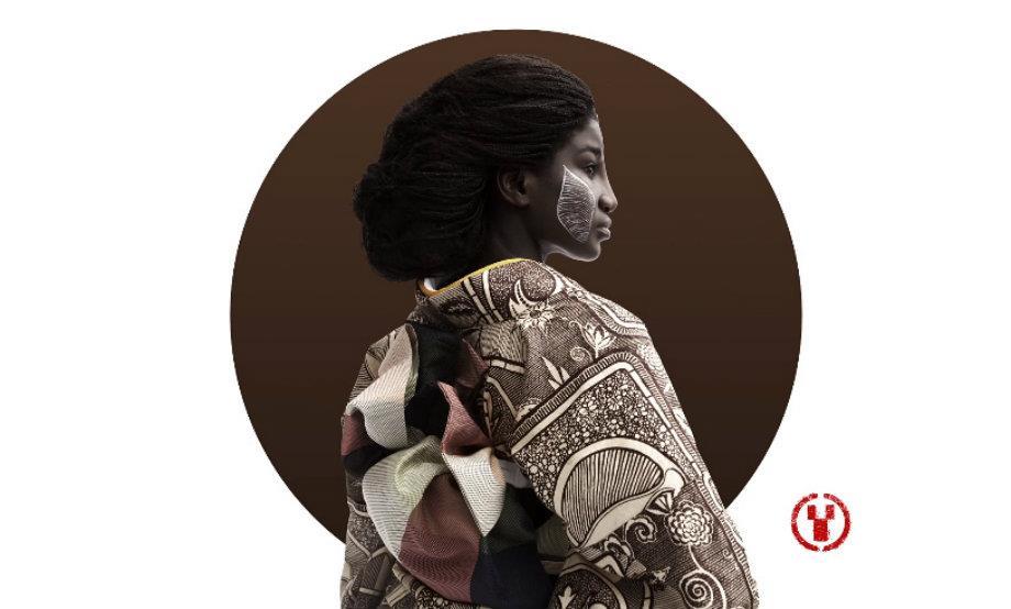 Un kimono Wafrica indossato da una modella con il viso dipinto