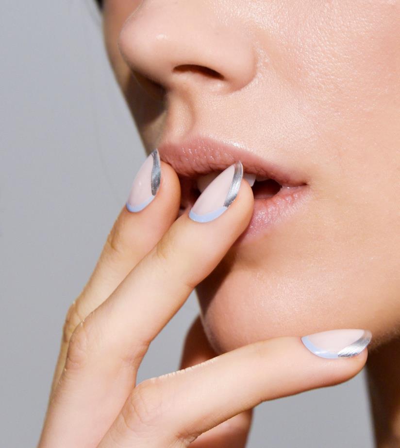 Manicure beige con disegni silver