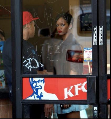 Rihanna dentro uno store di KFC