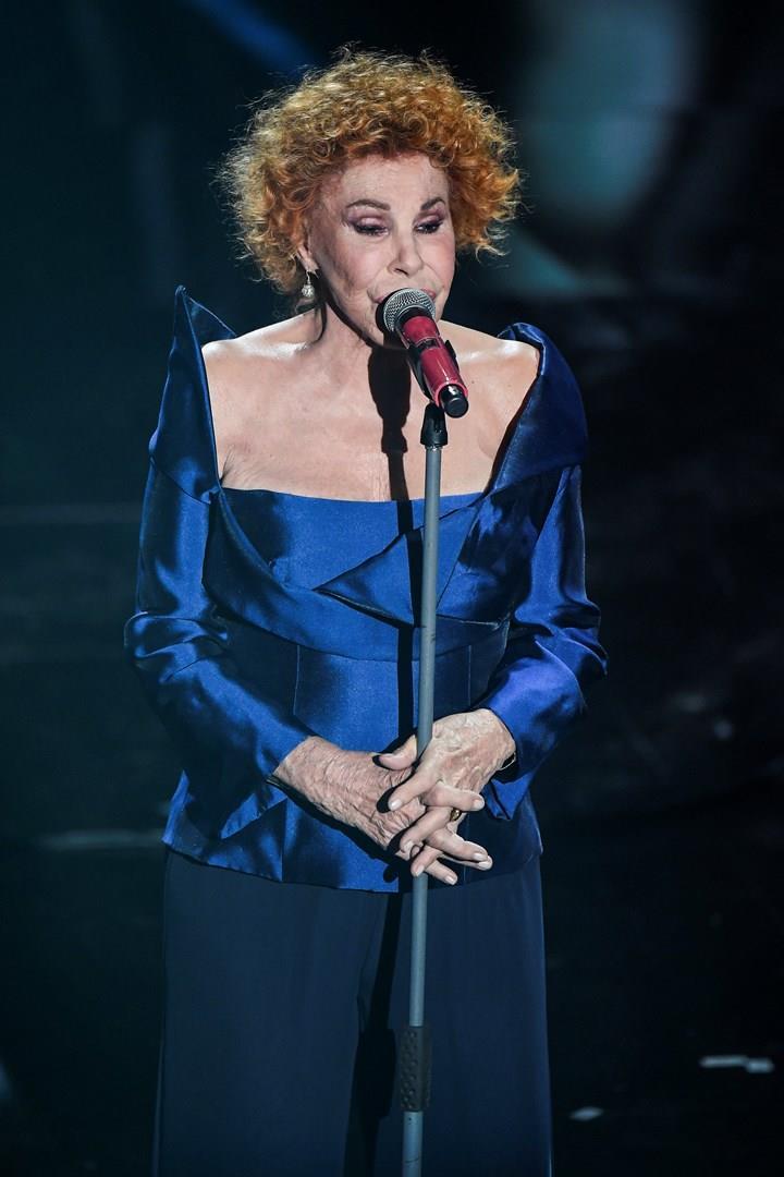 Ornella Vanoni, in blu, in piedi, davanti al microfono