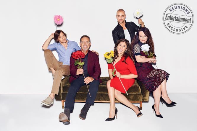 Gli attori di Blosso seduti su un divano tra fiori e palloncini