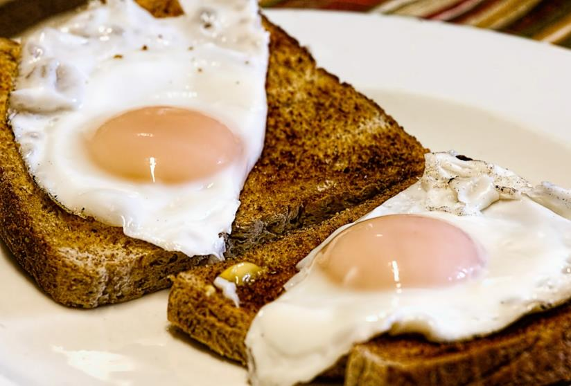 Uova con pancarrè per una colazione salata