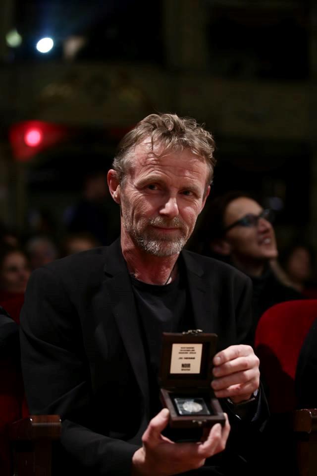 Jo Nesbo con in mano Raymond Chandler Award 2018