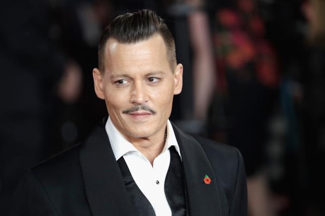 Johnny Depp vestito in maniera elegante