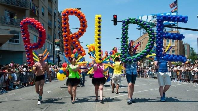 Giovani con palloncini al Gay Pride di New York City