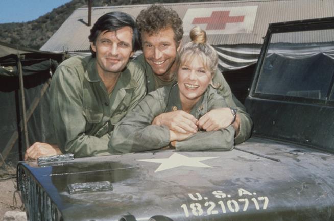 Tre dei protagonisti, Alan Alda, Wayne Rogers, e Loretta Swit nella serie M*A*S*H