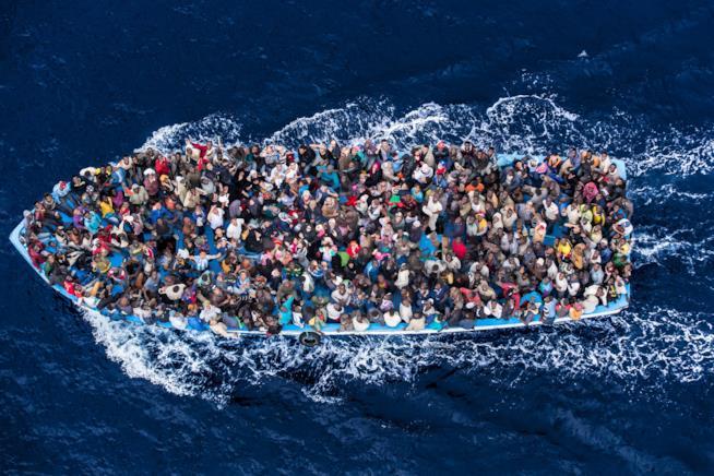 Il barcone di migranti fotografato da Massimo Sestini