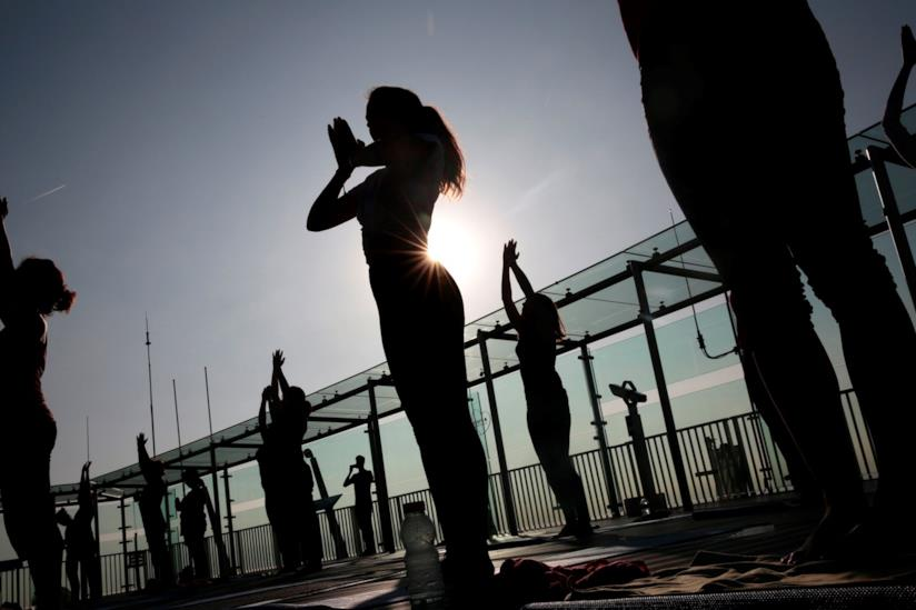 Donne praticano yoga al tramonto
