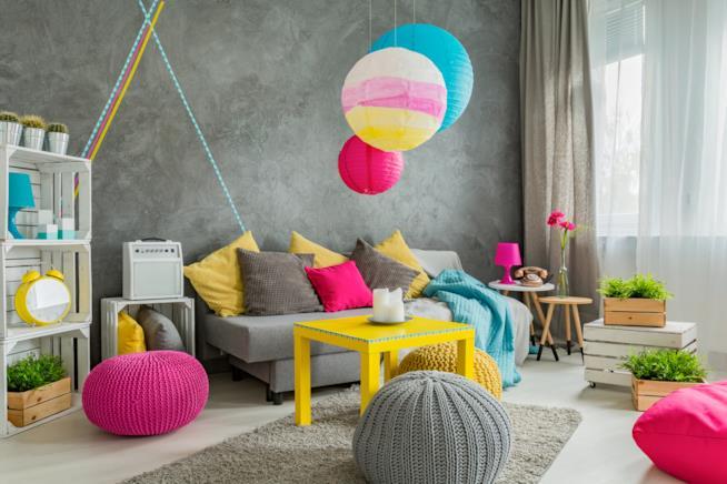 Un soggiorno con diversi poggiapiedi
