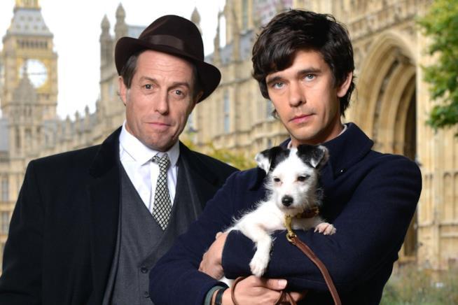 Hugh Grant accanto a Ben Whishaw nel primo scatto della miniserie A Very English Scandal