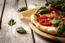 Pizza margherita con pomodoro e mozzarella