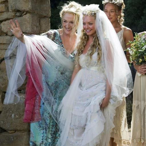 Amanda Seyfried sposa in una scena di Mamma Mia!