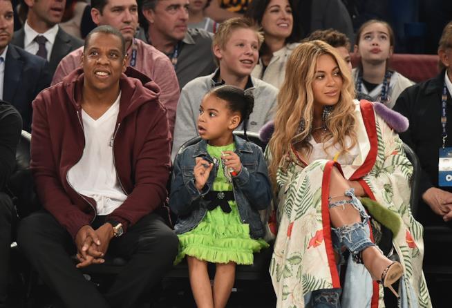 Jay Z, Blue Ivy e Beyoncé durante una partita di basket