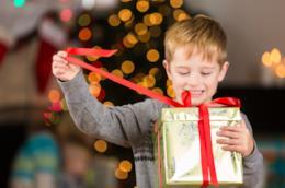Bambino apre regalo di Natale