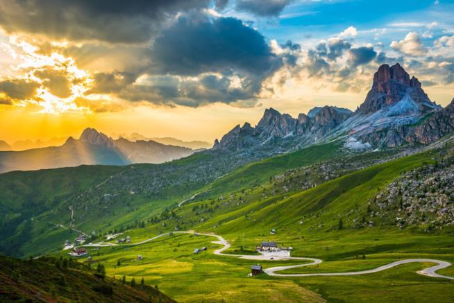 Paesaggio montuoso all'alba