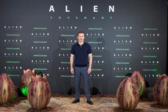 Michael Fassbender alla prima di Alien Covenant di Ridley Scott