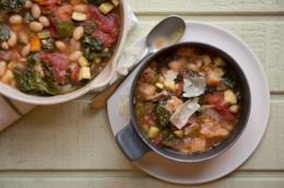 Ribollita con verdure, pane e fagioli