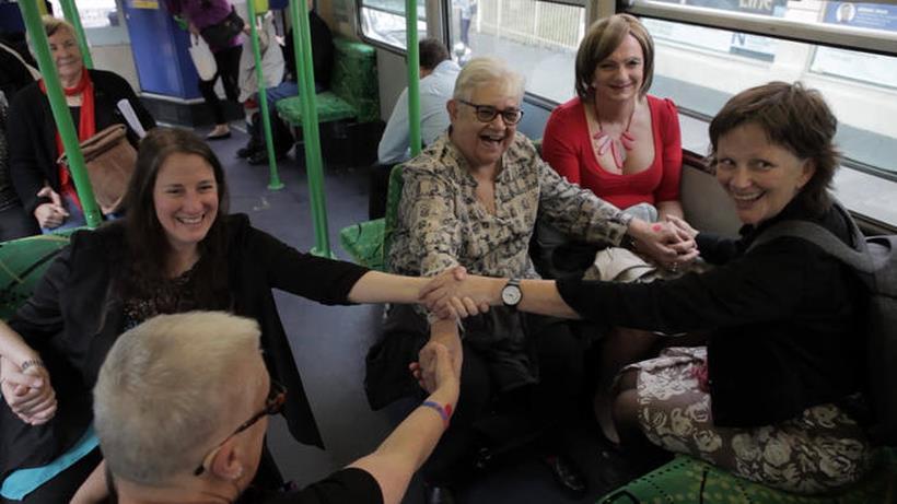 Più di venti donne gay sono salite su un tram tenendosi la mano