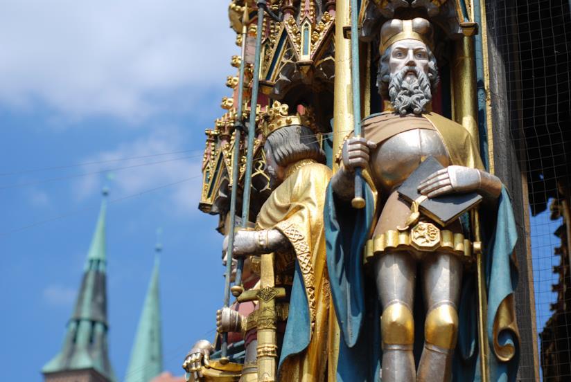 "Una statua della ""Bella Fontana"" di Norimberga"