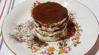 Tortino a strati con crema bianca e cacao