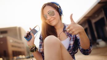 Una ragazza ascolta della musica sul suo iPhone