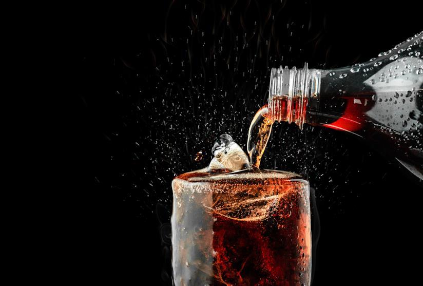 Bibita gassata versata in un bicchiere