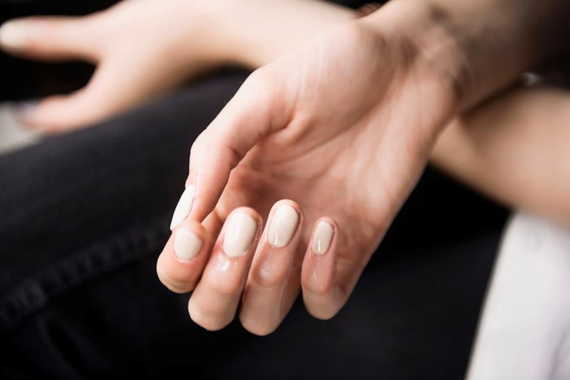 Smalto su unghie a mandorla