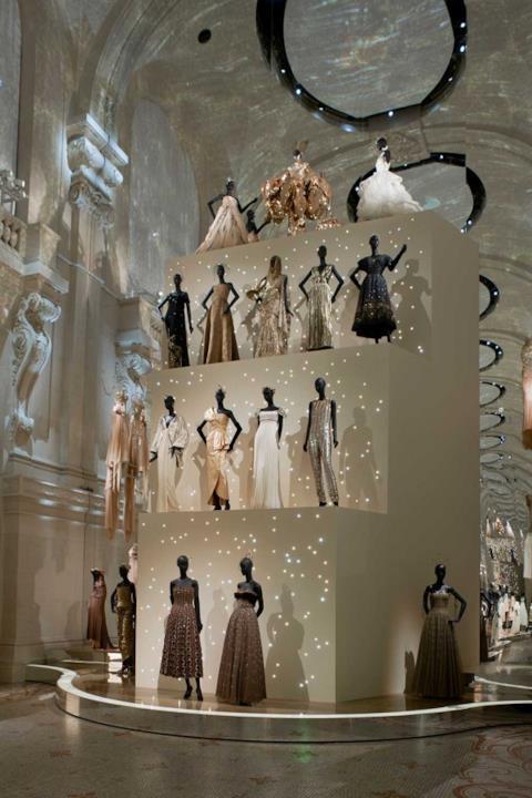 Due file di abiti di colori chiari Dior alla mostra del Musée des Arts décoratifs