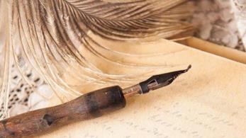 Una penna stilografica con carta da lettera
