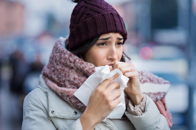 Tiroide di Hashimoto: donna che tossisce per il freddo
