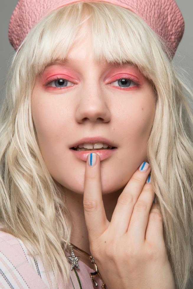 Nail art semplice bianca e blu