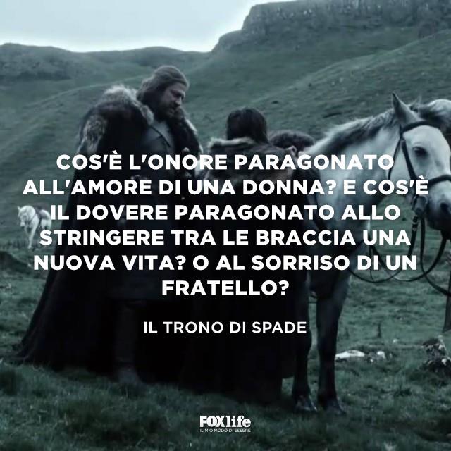 Eddard Stark vicino a un cavallo