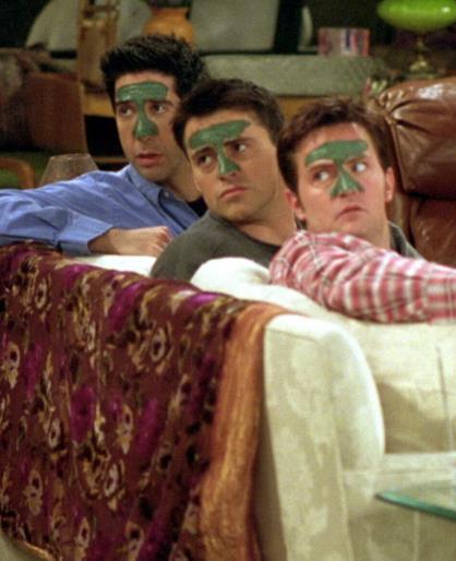 I protagonisti di Friends con una maschera facciale in viso