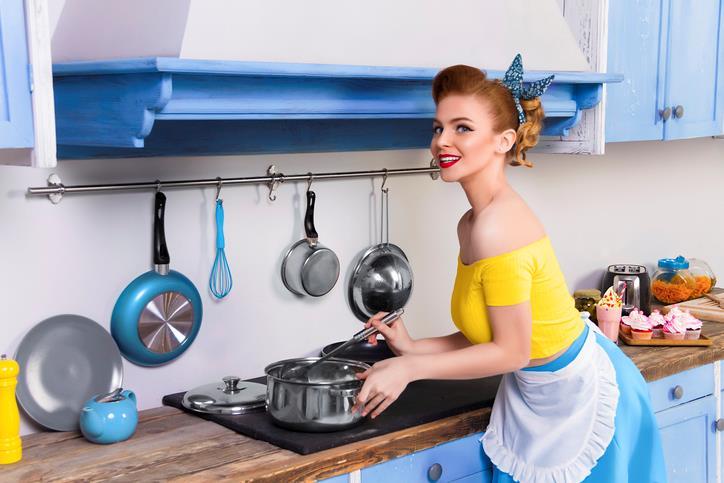 Donna in cucina in foto stile anni 50