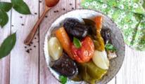 Piatto con melanzane, peperoni, carote e cipolla