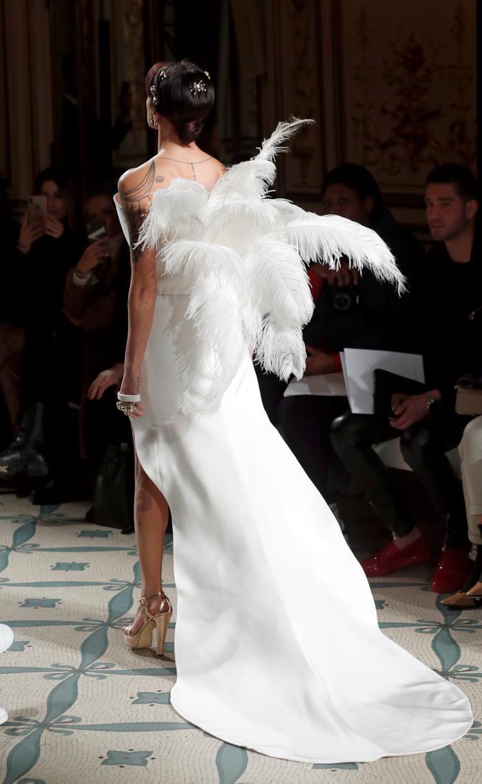 Asia Argento sfila a Parigi, il retro dell'abito bianco a cigno