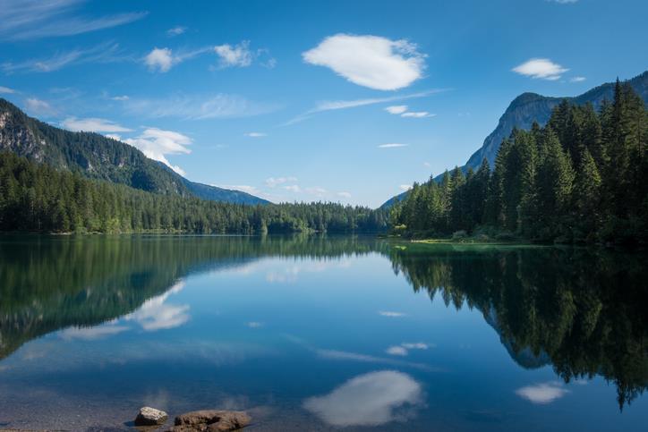 Gli alberi si specchiano nelle acque del Lago di Tovel