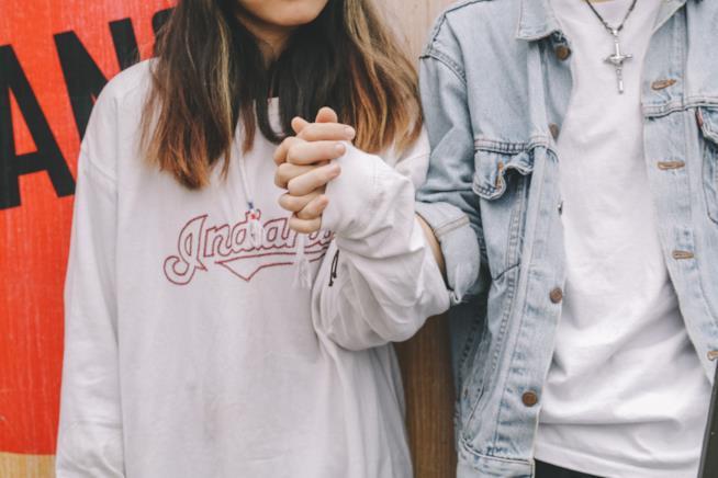 Giovane coppia si tiene per mano