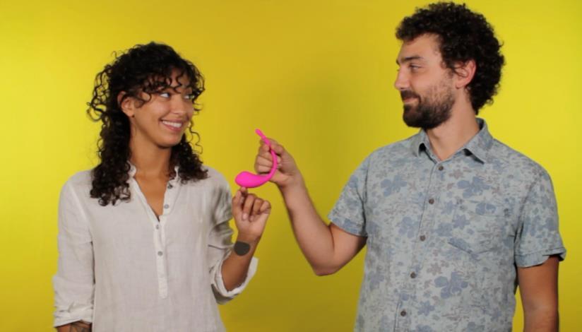 Giovane coppia alle prese con sex toys