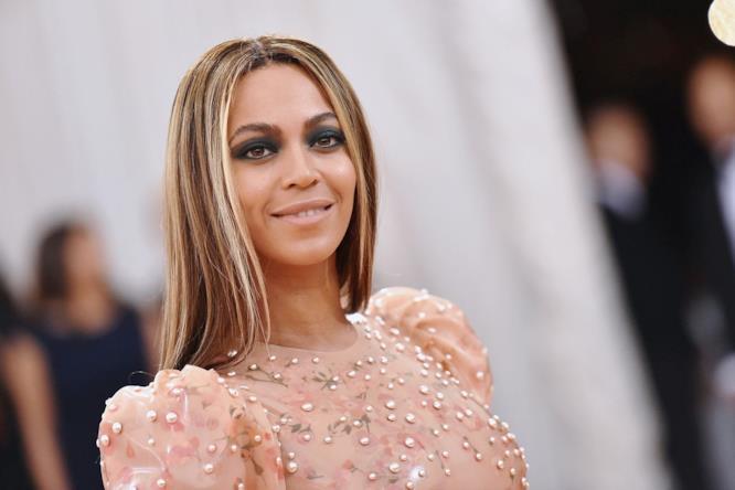 Beyoncé indossa un delicato abito rosa pesca