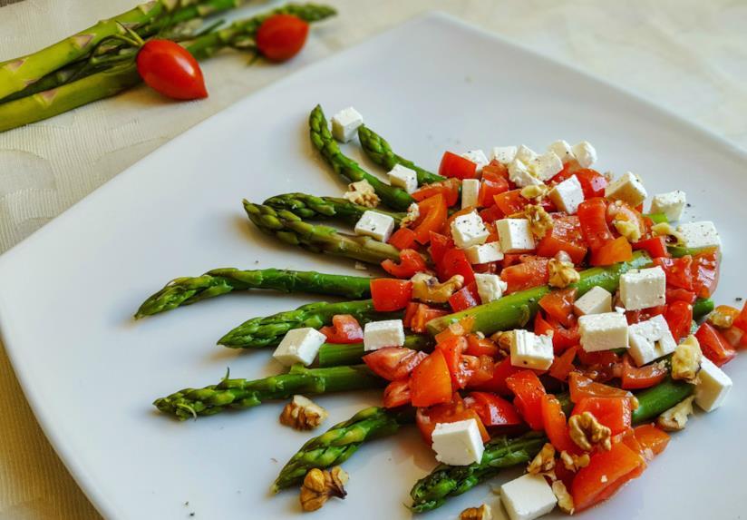 Piatto di verdura, pomodori e formaggio