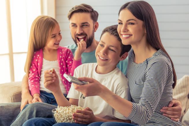Una famiglia guarda la TV