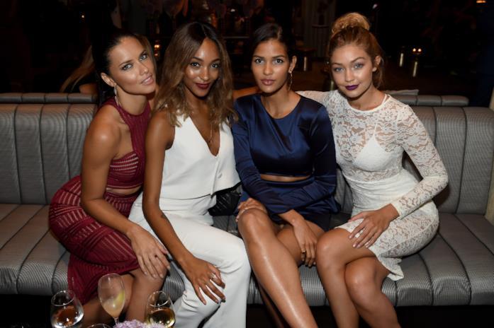 Gigi Hadid con altre modelle seduta a un evento Maybelline New York