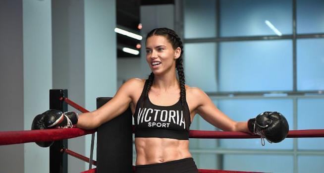 Una ragazza durante l'allenamento