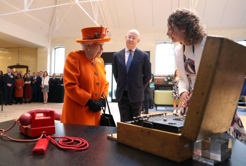 La Regina Elisabetta visita il Museo della Scienza a Londra
